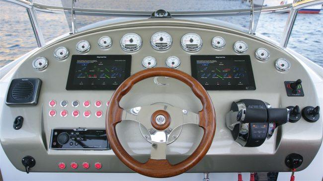 Comitti-Isola-33-Plancia-comando-650x364